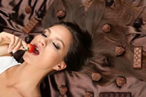 Фотографии Клубника Ягоды Конфеты Шоколад Брюнетка Макияж Рука молодые женщины