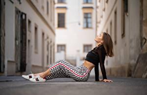 Фотография Улица Сидит Брюки Блузка Боке молодые женщины