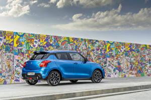 Обои Suzuki - Автомобили Граффити Голубая Металлик Стенка Swift Sport Hybrid, 2020 Автомобили