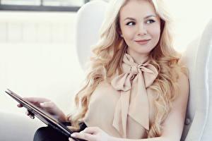 Фото Планшетный компьютер Блондинок Смотрит Улыбается Блузка молодые женщины