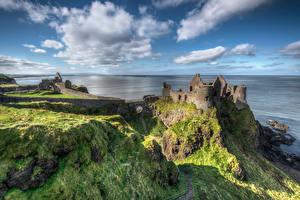 Обои Великобритания Побережье Замки Развалины Небо Скалы Облачно Northern Ireland, Dunluce Castle Природа