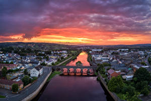 Обои для рабочего стола Великобритания Реки Мосты Здания Рассветы и закаты Сверху Strabane, Northern Ireland Города