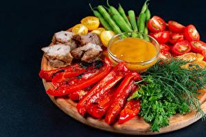 Обои Овощи Перец овощной Помидоры Укроп Свинина Разделочная доска Продукты питания