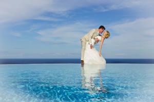Фотография Воде Жених Невесты Блондинок Объятие Радость девушка
