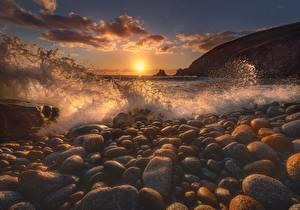 Картинки Волны Камень Море Рассветы и закаты С брызгами Солнце Природа