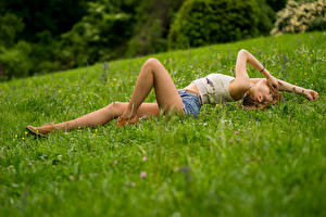 Фотография Траве Лежит Ноги Шорт Майка Колготках Ana молодые женщины