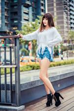 Обои Азиатки Шатенка Позирует Ног Шорт Свитере молодая женщина