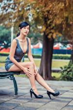 Картинки Азиатки Брюнетки Скамейка Сидит Ног Туфлях Платье Вырез на платье Смотрит девушка