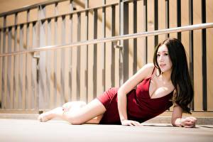 Картинка Азиатка Лежачие Платья Декольте молодые женщины