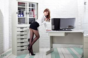 Картинка Азиаты Офис Секретарши Поза Юбка Ног Туфли Колготки Красивые молодая женщина