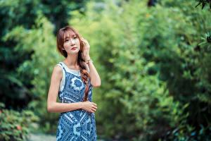 Фотография Азиаты Позирует Платье Коса Смотрит