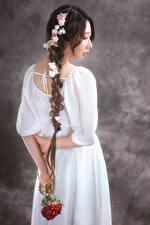 Фотографии Азиатка Розы Сзади Платье Косички девушка Цветы