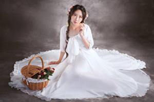 Картинки Азиаты Сидящие Платья Коса Корзинка Смотрят молодые женщины