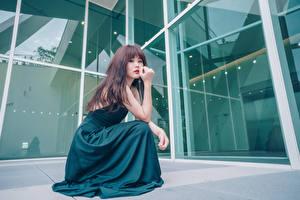 Фотография Азиатка Сидит Платье Смотрит Девушки