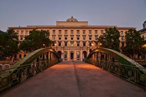 Картинка Австрия Вена Дома Мост Вечер Уличные фонари Забором Zollamtssteg город