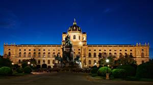 Картинка Австрия Вена Здания Памятники Вечер Ландшафтный дизайн Уличные фонари Музеи Naturhistorisches Museum Города