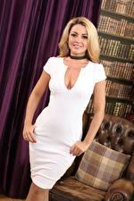 Фотографии Bryoni-Kate Williams Блондинки Платье Смотрит Улыбка Декольте Рука молодые женщины