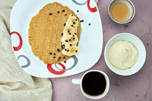 Картинки Кофе Блины Сметана Шоколад Бананы Мед Тарелке Чашка Пища