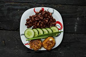 Фото Огурцы Мясные продукты Доски Тарелке Фасоль бобы