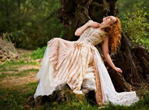 Картинка Кудрявые Старинные Рыжая Платье Лежачие девушка