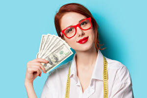 Фото Доллары Цветной фон Рыжие Очки Красные губы Рука
