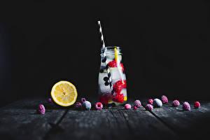Картинки Напитки Лимоны Малина Черный фон Доски Банка Льда
