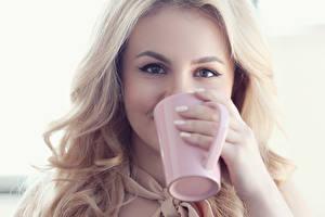 Картинки Глаза Блондинка Смотрит Чашка Руки молодая женщина