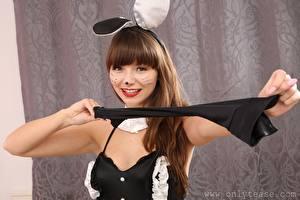 Обои для рабочего стола Helen G only Bunnygirl Шатенка Смотрят Улыбается Макияж Рука девушка
