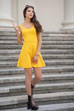 Фотография Лестницы Платья Желтая Вафельный рожок Iliana Девушки