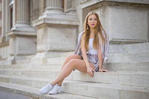 Фотография Лестницы Сидя Ноги Шорты Взгляд Irina молодая женщина