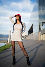 Фото Брюнеток Позирует Платье Кепка Jojki молодая женщина