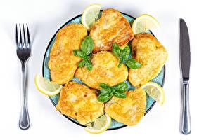 Фотография Нож Рыба Лимоны Белом фоне Тарелке Вилка столовая fish in dough Еда