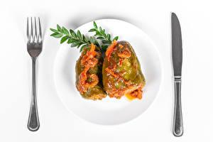 Фотографии Ножик Вторые блюда Перец овощной Белый фон Тарелке Вилки Еда
