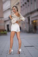 Фотография Блондинка Позирует Ноги Шортах Блузка Взгляд Размытый фон Lisa молодая женщина