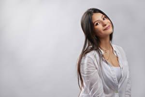 Обои Милые Улыбка Взгляд Серый фон Mariana девушка