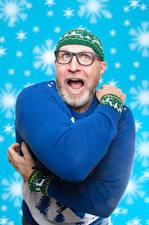 Картинки Мужчины Новый год Свитер Шапки Очки Руки Снежинки Эмоции изумление