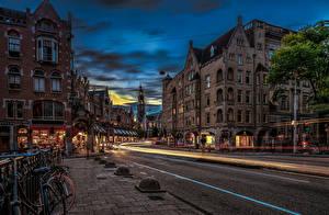 Картинка Нидерланды Амстердам Вечер Здания Дороги Улица Города