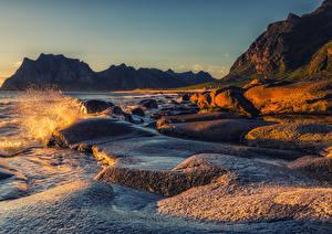Фото Норвегия Лофотенские острова Рассвет и закат Берег Залив Скала Брызги Природа