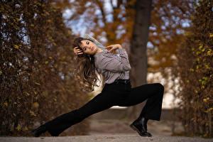 Обои Брюки Ног Рубашка Взгляд Позирует Paoletta молодая женщина