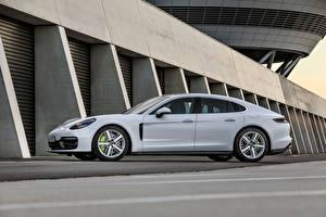Фотография Porsche Белых Металлик Сбоку Panamera 4S E-Hybrid, (971), 2020 машина
