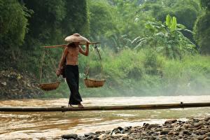 Фотографии Река Камень Мужчины Азиатка Мосты Бамбук Шляпы Корзины Равновесие Баланс Работают Природа
