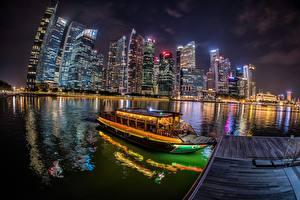 Обои Сингапур Речные суда Пристань Небоскребы Здания Река Ночные