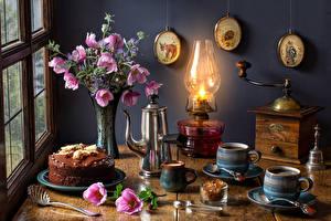 Фотография Натюрморт Букеты Космея Керосиновая лампа Кофе Торты Чайник Вазе Кружка Еда Цветы