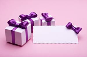 Обои Шаблон поздравительной открытки Коробки Фиолетовые Бантики