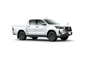 Обои Toyota Пикап кузов Белый Металлик Сбоку Белым фоном Hilux Z Double Cab, JP-spec, 2020 Автомобили