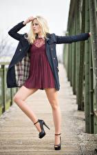 Фотография Блондинка Позирует Платья Ноги Пальто Victoria Девушки