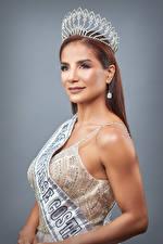Картинки Женщина Корона Шатенка Платья Лента Слова Смотрят Сером фоне Karol