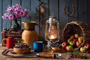 Обои Яблоки Ягоды Букет Керосиновая лампа Натюрморт Чайник Корзинка Миска Вазе Кружка Ложки Кувшины серп, подкова Пища Цветы