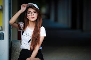Обои Азиатка Кепка Рука Шатенки Смотрит Очках девушка
