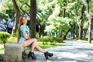 Картинка Азиаты Скамья Шатенка Сидит Ноги Ботинках девушка